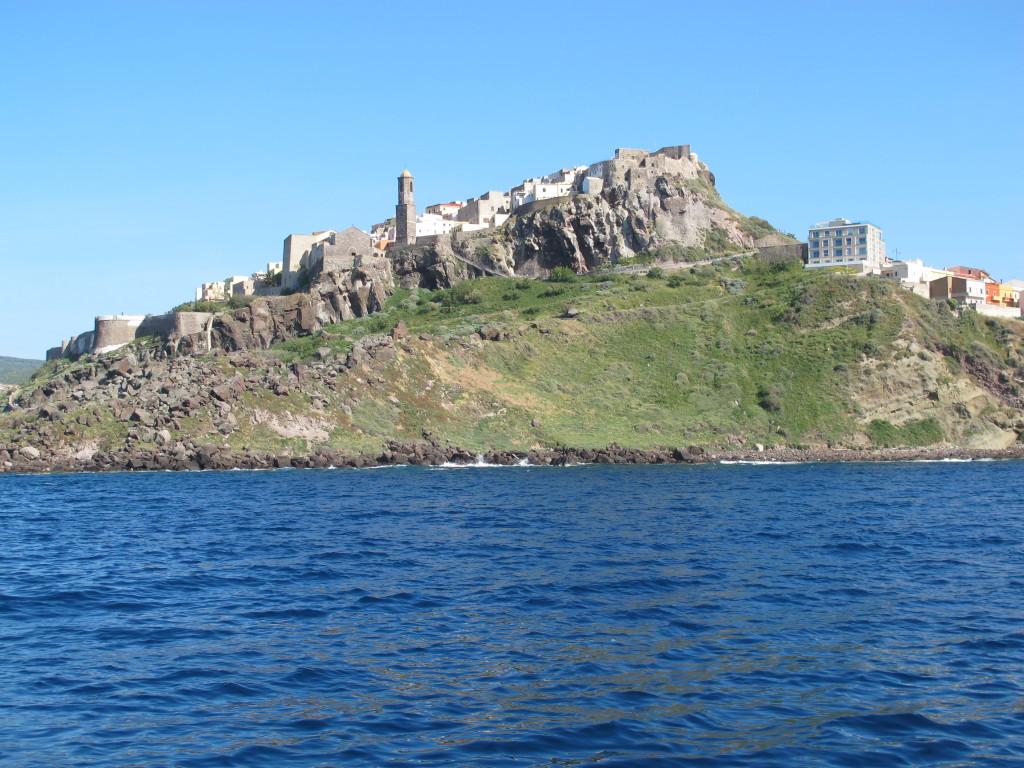 Castelsardos godt gemte gamle bydel set fra søsiden