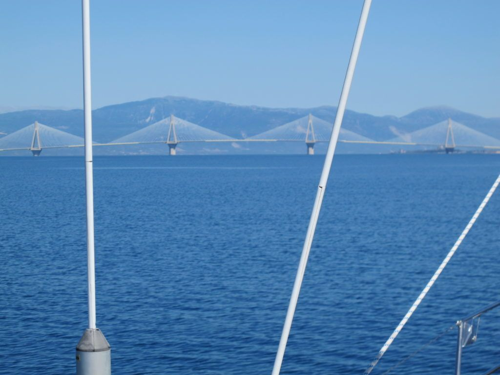 Rion Broen fra Patras på Peloponnes til det græske fastland er 2.252m lang og med max. 45m gennemsejlingshøjde