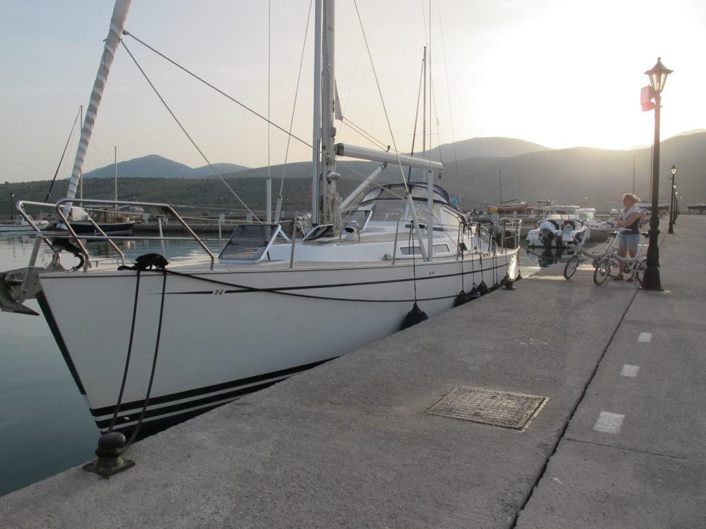 Næste havn er Itéa på fastlandet. Der er god plads langskibs midt i byen, hvorfra vi tager bussen 30 minutter op til Antikke Delfi.