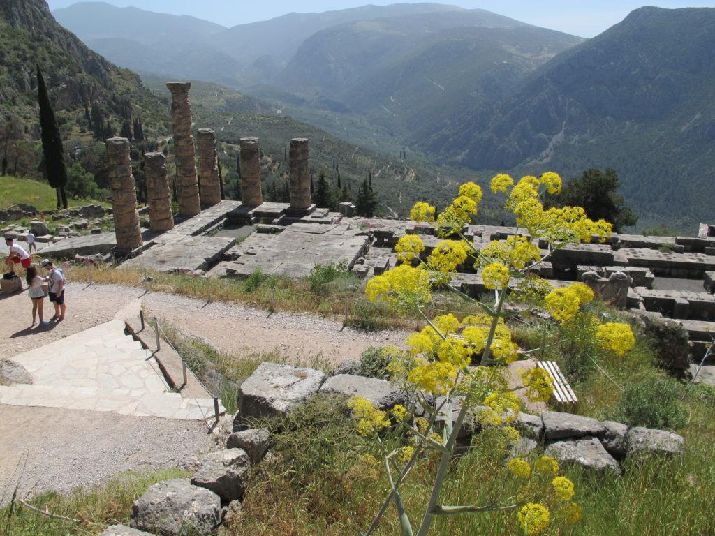 Apollons Tempel midt i den underskønne natur i bjergene bag Korinthbugten