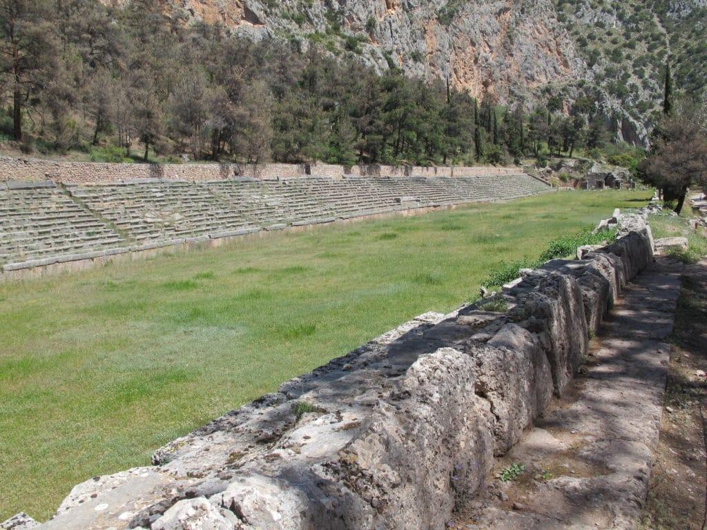 200 meter langt stadion til de Pythiske Lege med velbevarede tilskuerpladser og særligt magelige dommersæder