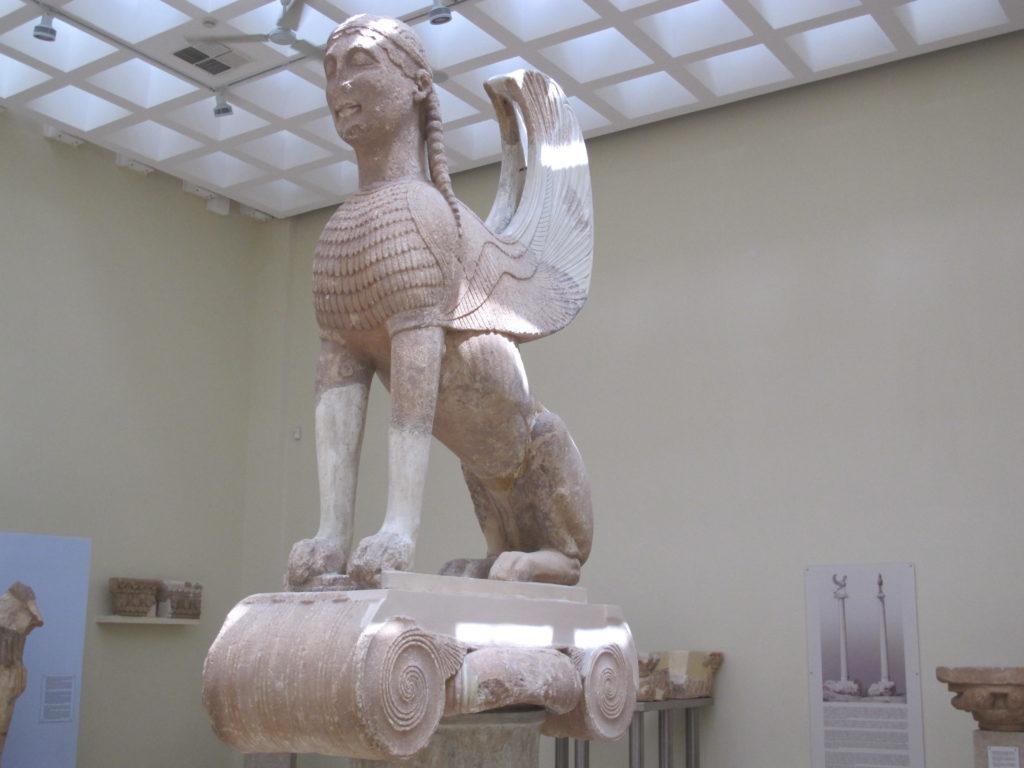 Den store Sfinx var en gave fra øen Naxos. Den sad 12,5 meter oppe på en søjle.
