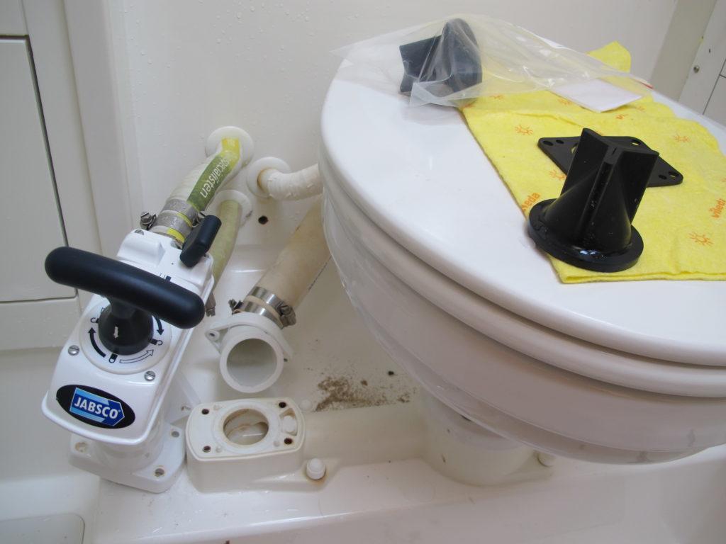 Også toiletterne skal skilles ad og nye ventiler isættes.