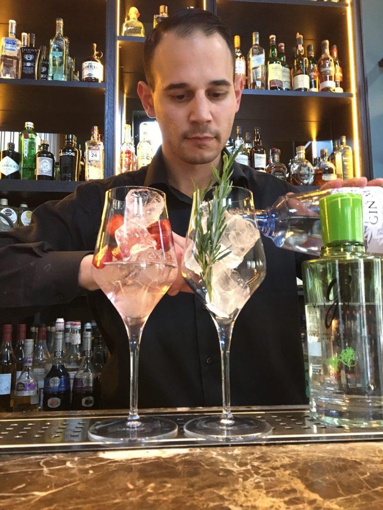 En lokal bartender var meget dedikeret og havde stor viden om bl.a. Gin&Tonic. Det var ren kunst.
