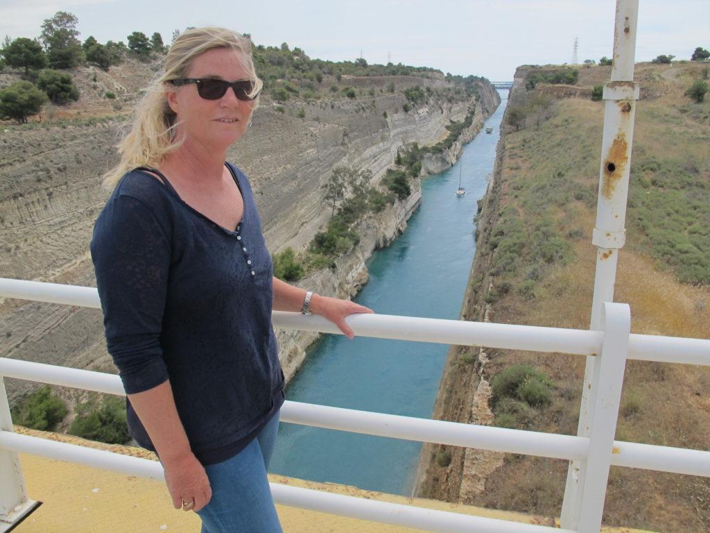 Vi cyklede lige op til en af broerne dagen før vores passage. Der er 79 meter ned...