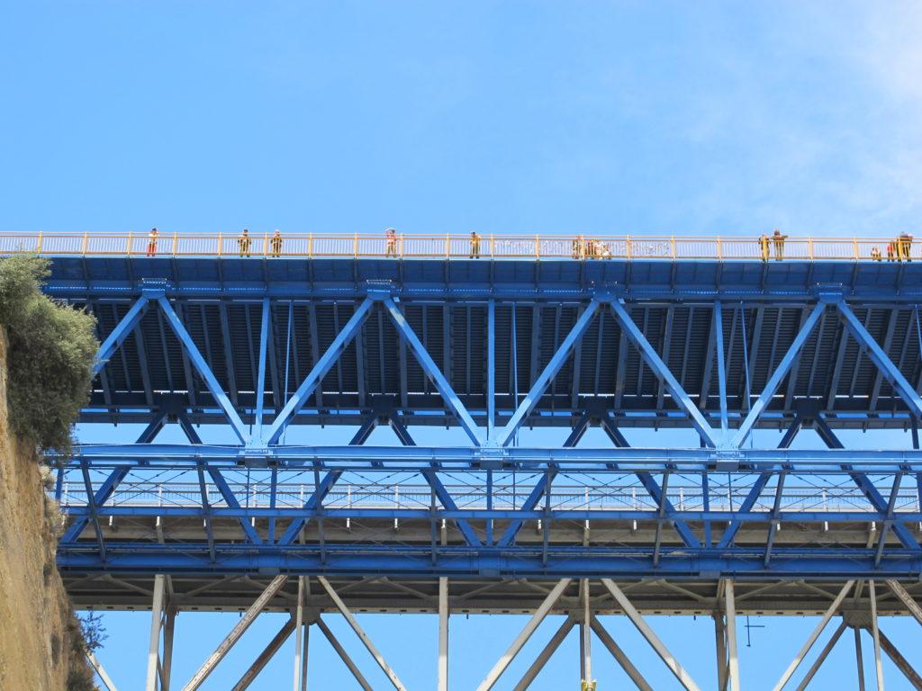 Der er masser af tilskuere højt oppe på broerne.