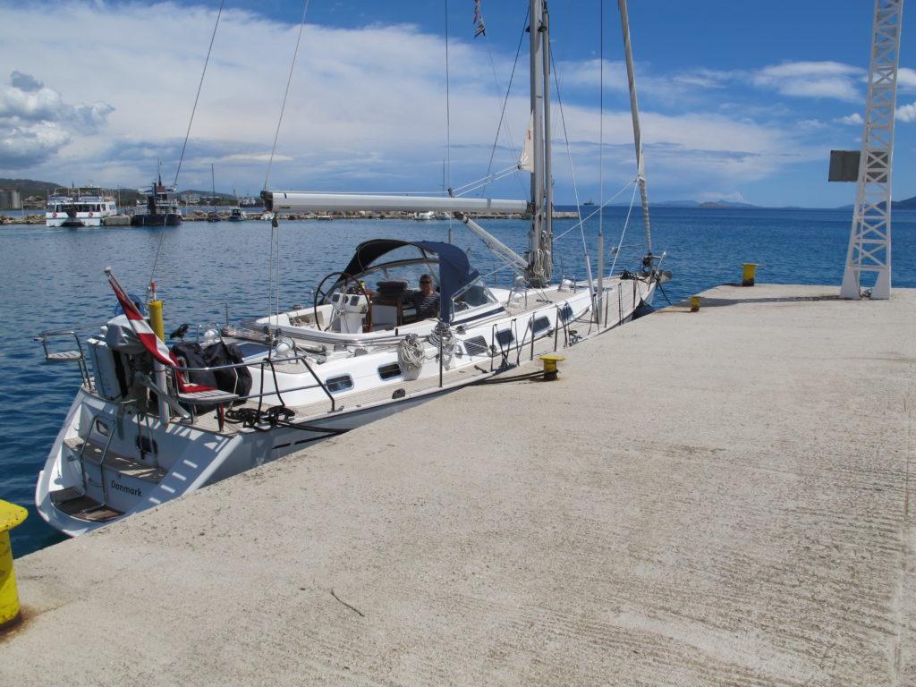 Så er igennem fortøjret ved betalingskajen nu i Ægæerhavet. 225 Euro er prisen for denne unikke oplevelse.