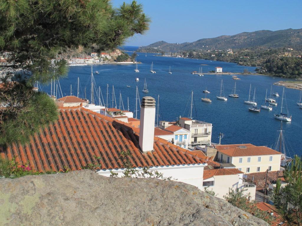 Strædet imellem øen Poros og Peloponnes er fyldt med  både for anker
