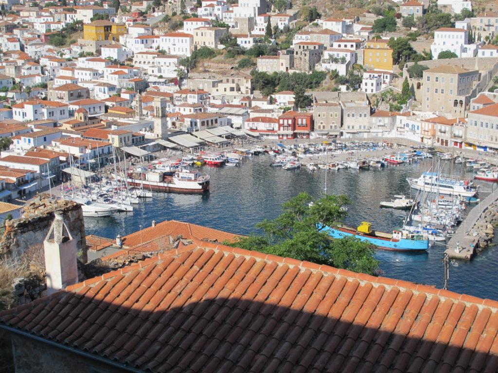 Hydras fantastiske havn med byen som et amfiteater rundt om