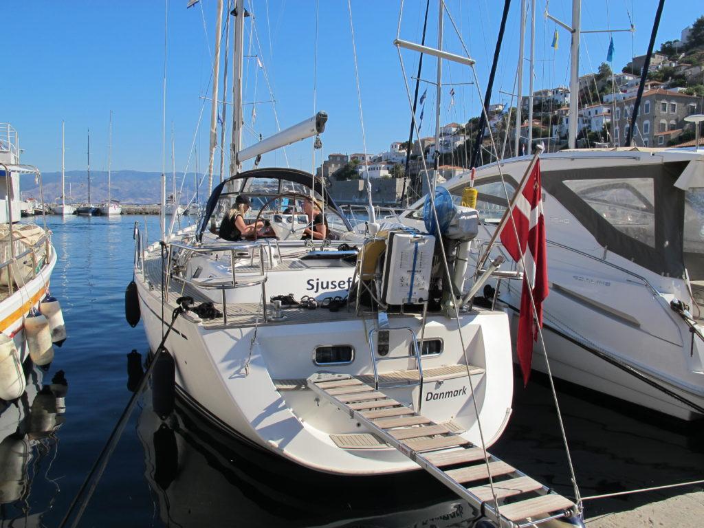 Fin plads lige midt i Hydras havn
