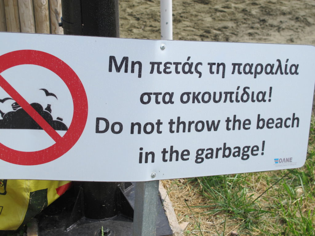 Herlig oversættelse på skilt ved bystranden