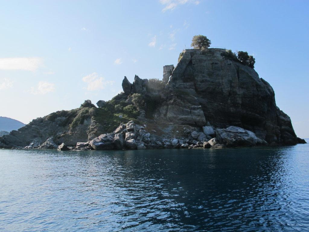 Nogle scener fra Mamma Mia filmen fra 2008 blev optaget på Skorpelos. Her er bryllupskapellet, som vi sejlede forbi