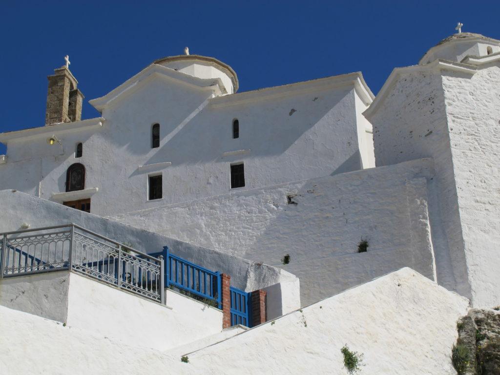 Kirken ved Skorpelos bys havnepromenade