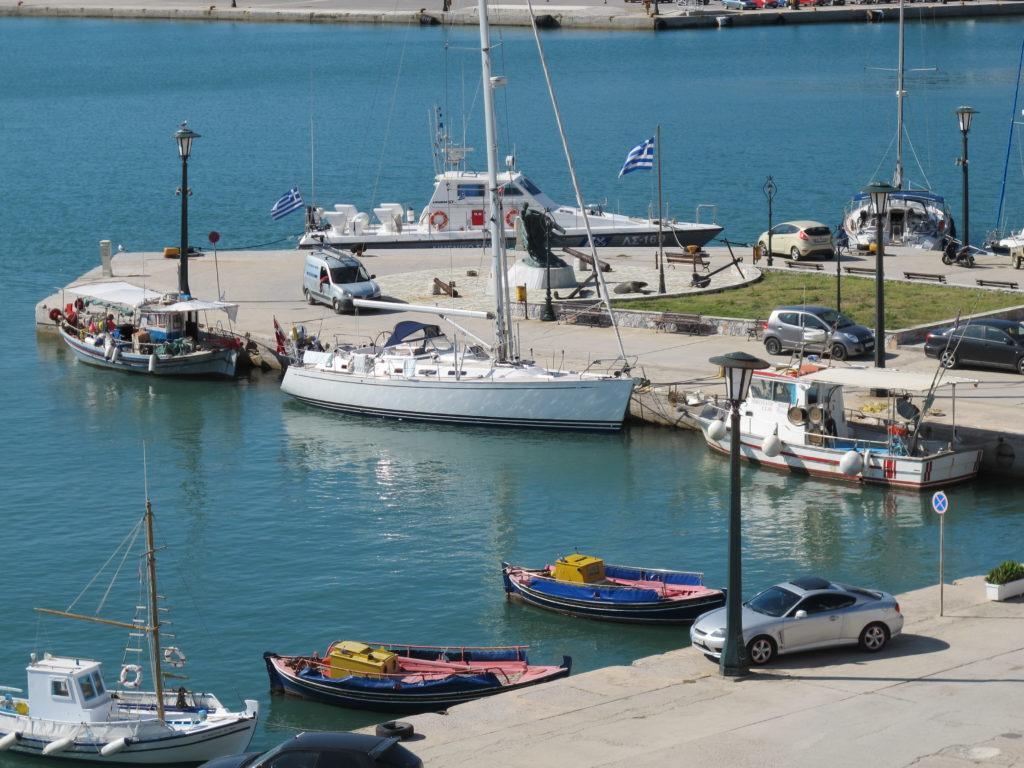 Fin havneplads imellem fiskerbådene