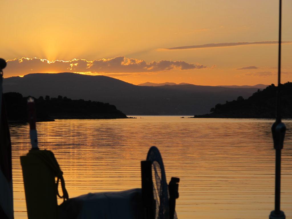 Godnat i på en ankerplads, som minder meget om den svenske skærgård (Ormos Kriftos bag øen Nisos Dhiaporos)