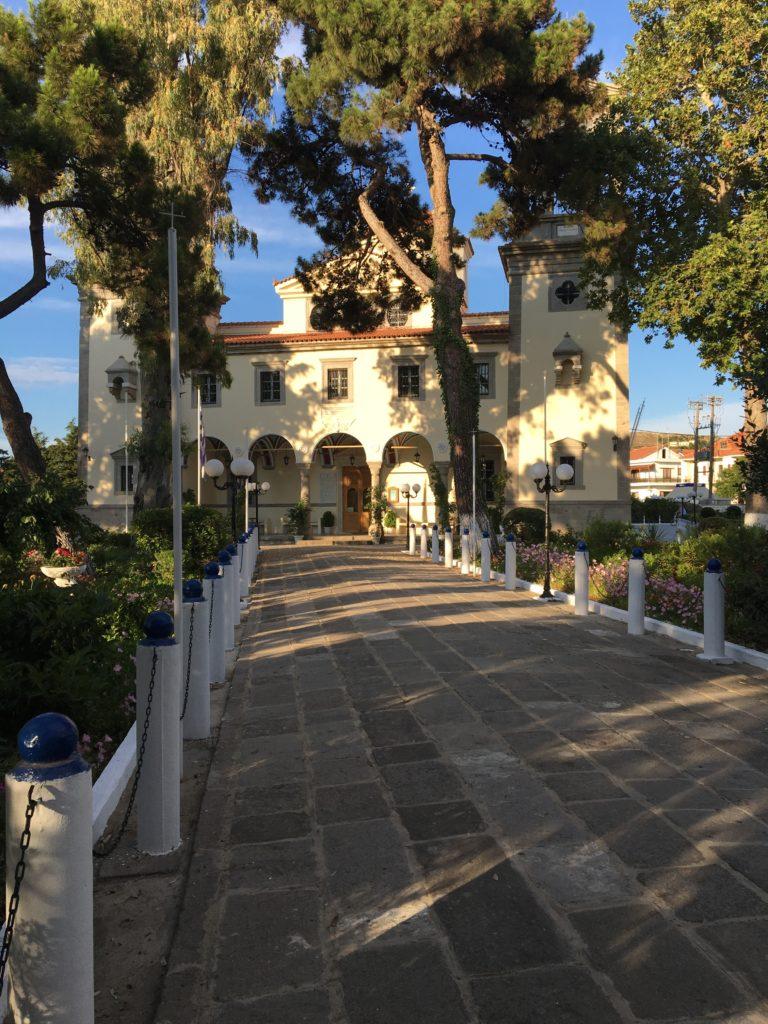 Kirken i Mirina ligger i en meget smuk og stemningsfuld park
