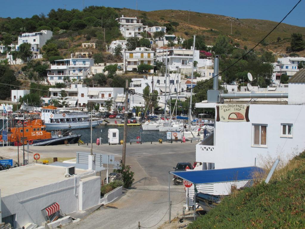 Den fine lille lystbådehavn i Linaria. Her lander også færgen hver dag