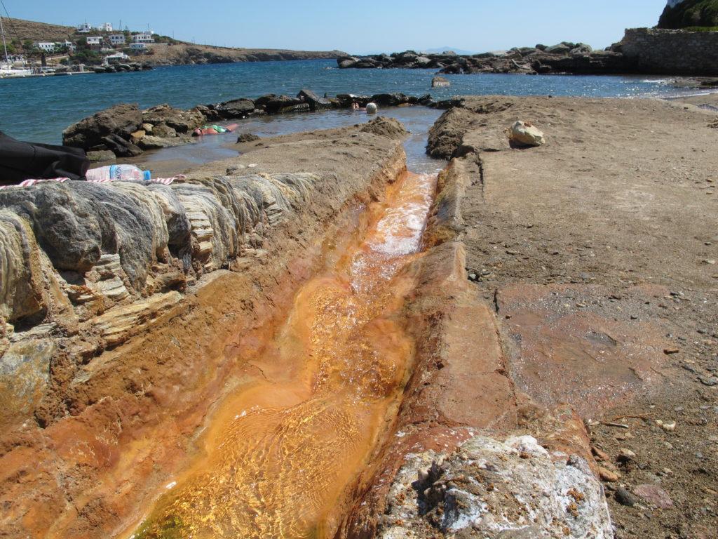 I Loutra løber en meget varm vulkansk kilde ud i Middelhavet.