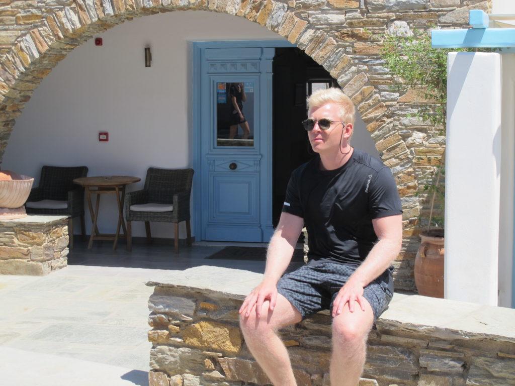 Rasmus nyder et kort ophold - se, hvem der spejler sig i døren...