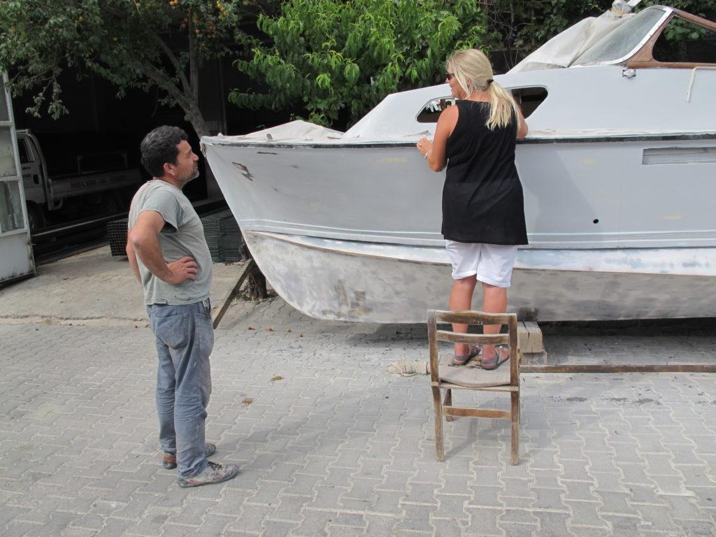 Marianne studerer bådens detaljer sammen med Elvan