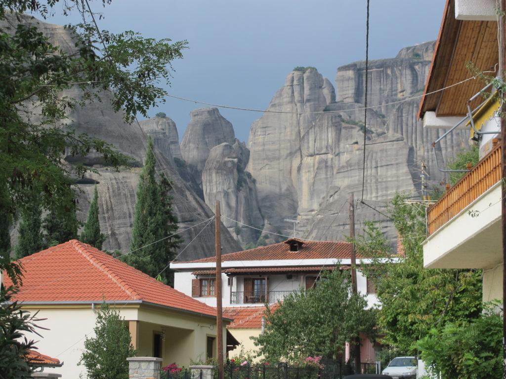 En massiv bjergmur lige bag byen