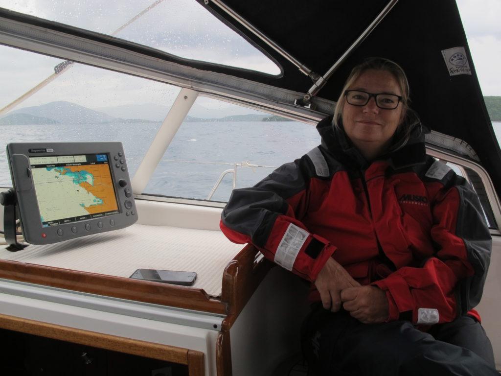 Vi bryder op og sejler mod Korfu. For første gang i 2 år luftes regntøjet!!!