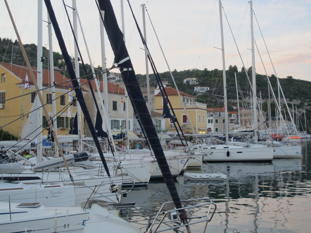Hovedbyen på Paxos hedder Gaios, hvor vi bakker ind med stævnanker på havnefronten midt imellem de mange tavernaer