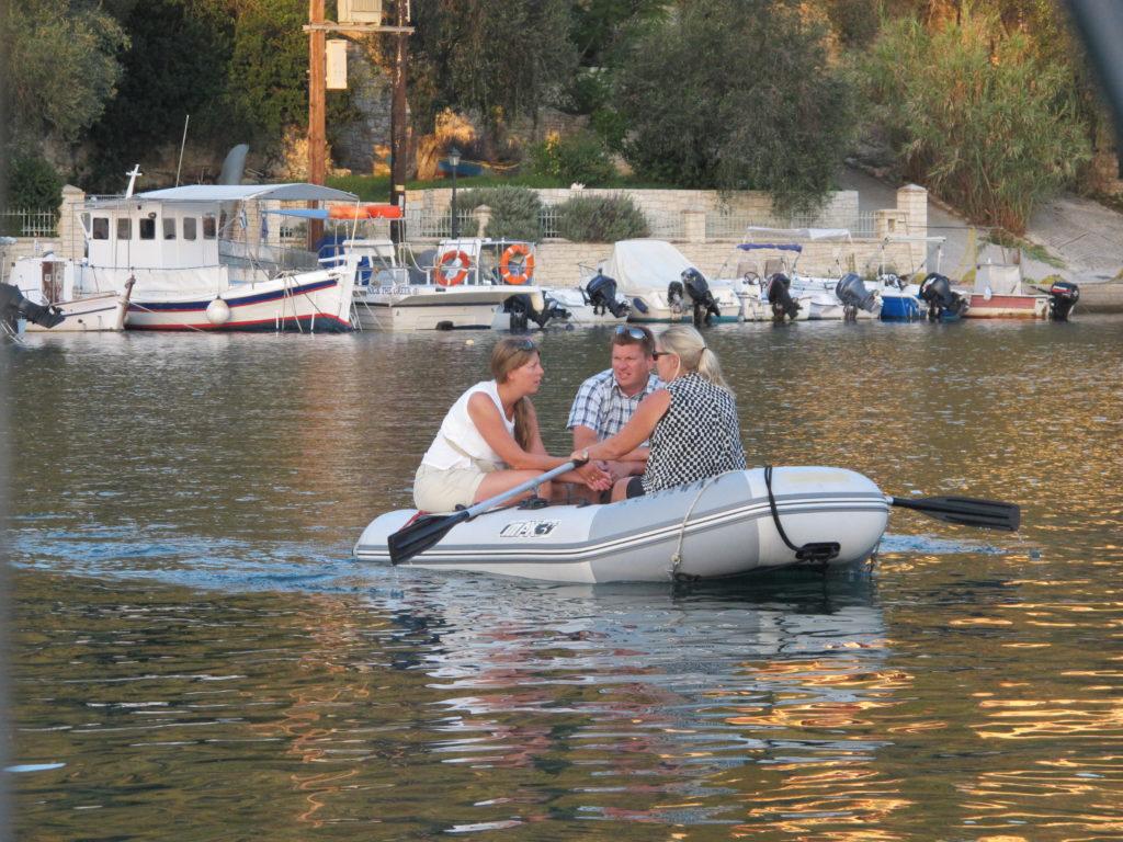 """Gummibåden hedder meget passende """"Runaway"""". God at have i en ankerbugt her på Paxos i Lakkabugten på nordspidsen af øen, som ligger lige syd for Korfu"""