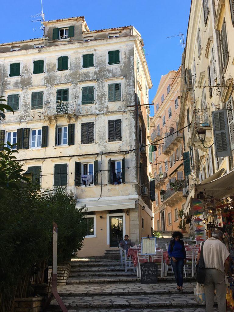 At slentre rundt i Korfu by kan bestemt anbefales!
