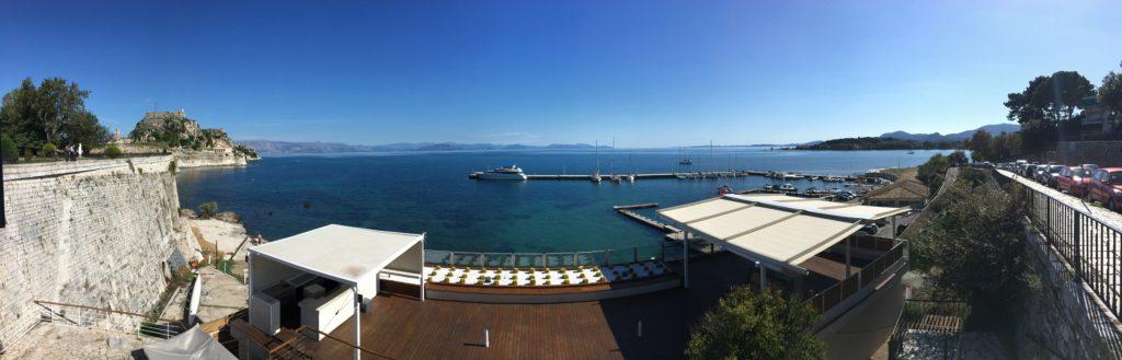 Skønt panorama over den halvtomme havn og det græske fastland i baggrunden
