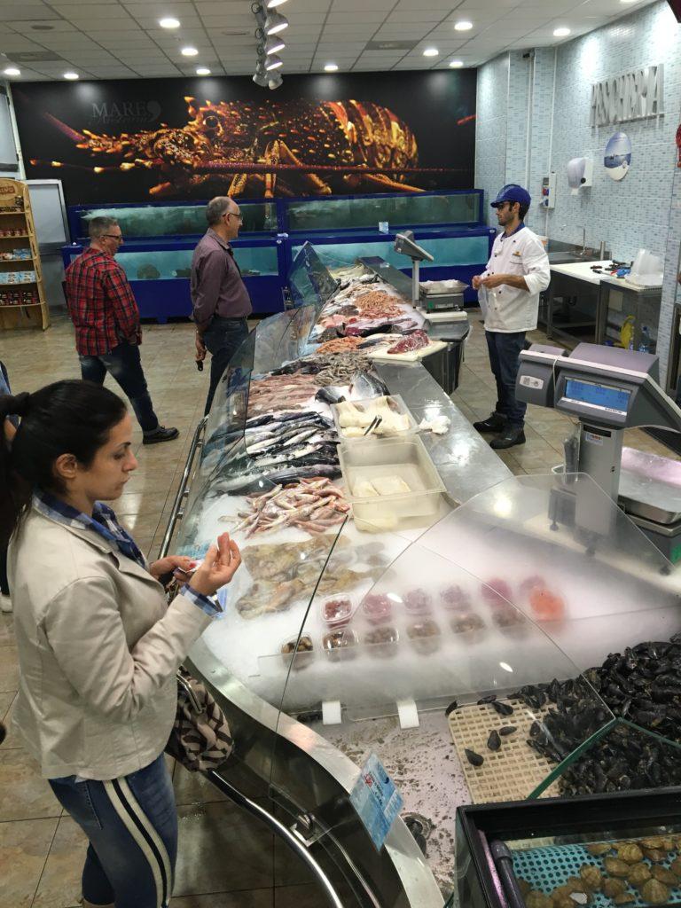 En af de største forskelle fra Grækenland er de enestående og meget appetitlige fiskeforretninger på havnen i Crotome